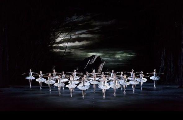 Una escena de la nueva versión de El lago de los cisnes del Royal Ballet que puede verse en Madrid. Foto: Bill Cooper.