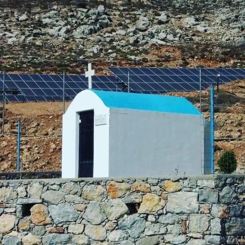 La estación de paneles fotovoltáicos de Tilos y la Iglesias vecina, cómo no, estamos en Grecia. Foto del Instagram de la autora.