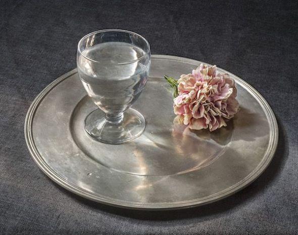 Copa de agua y un clavel, 2018. Pilar Pequeño. © Fundación Amigos del Museo del Prado, Madrid, 2018.