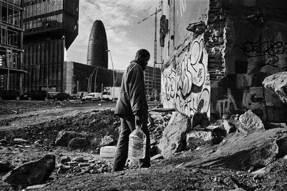 Un inmigrante subsahariano vive en una fábrica abandonada en Barcelona. Foto de Mingo Venero.