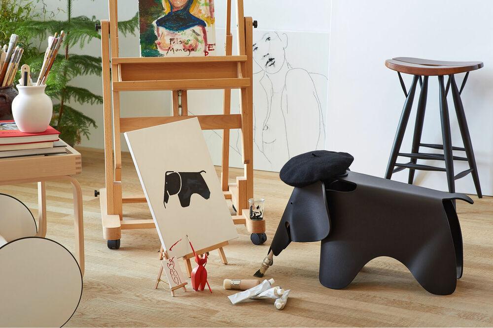 Eames Elephant ambientada color negro
