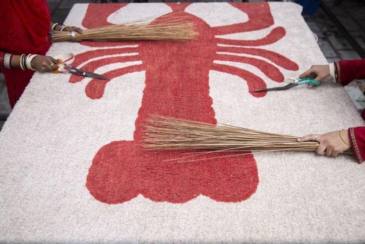 Making of alfombra langosta Lorena Canals Rug
