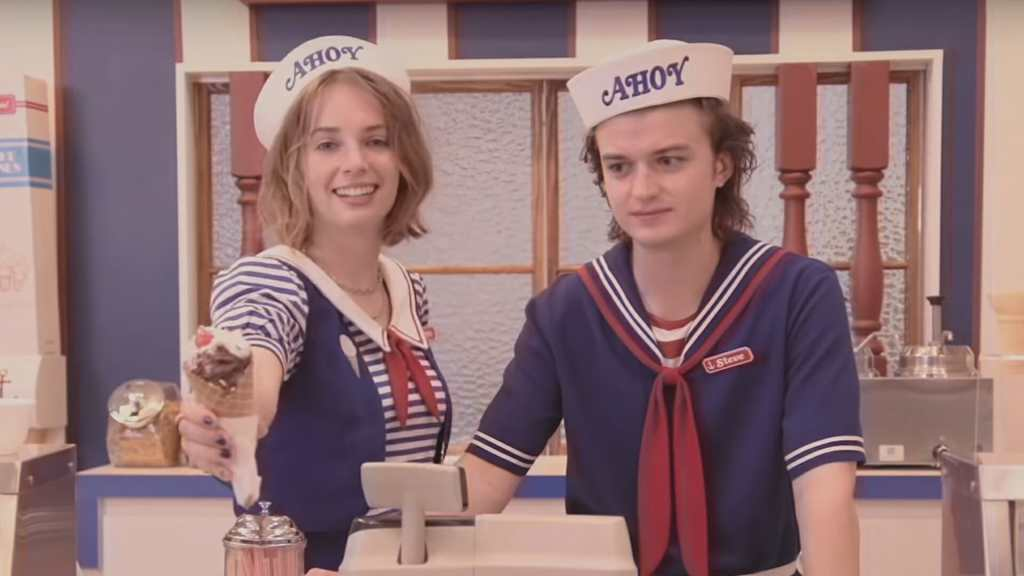 Steve Harrington y Robin en la  Scoops Ahoy de Stranger Things