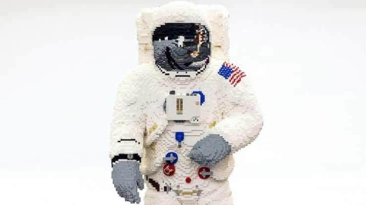 Escultura lego astronauta NASA en tamaño real