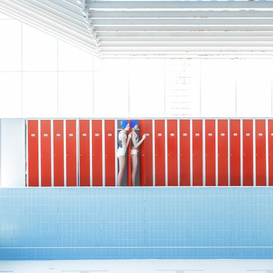 Serie fotografía In the Swimming Pool de Maria Svarbova piscinas comunistas