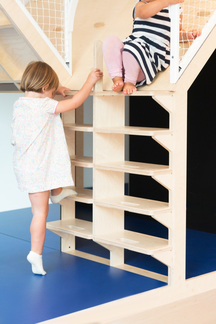 Escaleras de madera para niños. Hubbub Family Fit Club.