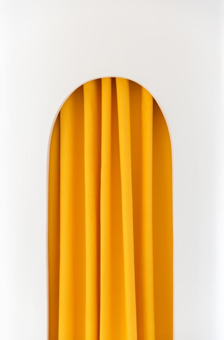 Cortina amarilla mostaza en probador redondo. Little Stories Concept Store ara niños en Valencia. Proyecto de Clap Studio.