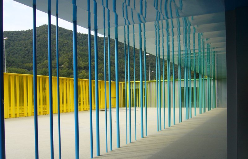 Guarderia El Petit Comte llar d'infants. RCR Arquitectes. Tubos de color azul