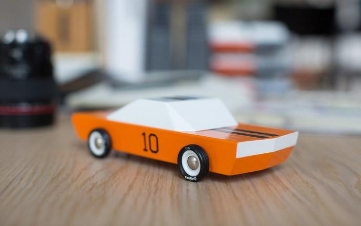 Candylab Toys coches de juguete de madera de estilo mid-century americanos. Naranja