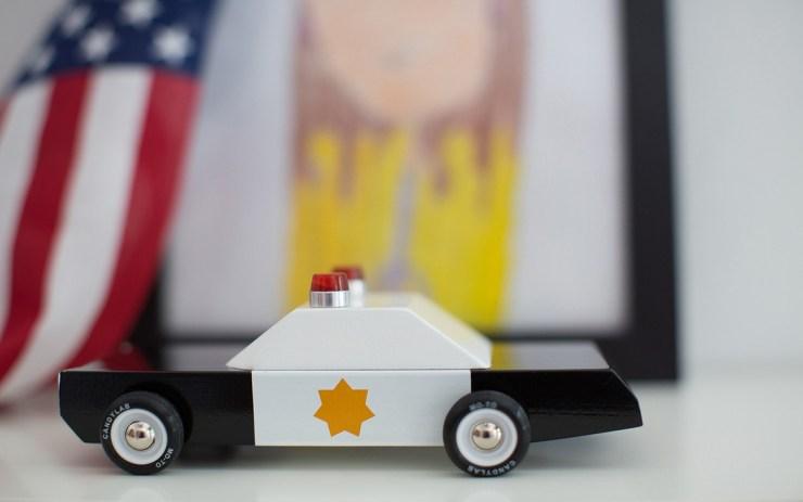 Candylab Toys coches de juguete de madera de estilo mid-century americanos. Coche policia