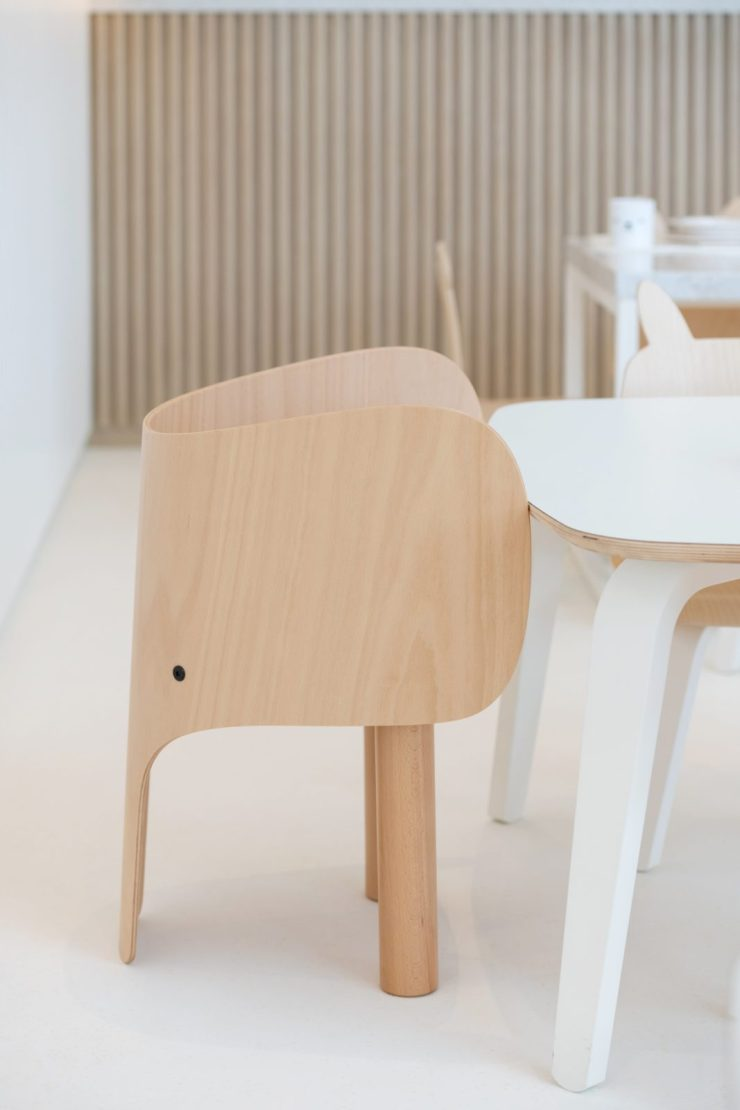 Restaurante para niños White and The bear. Dubai. Interiorismo minimalista. Sillas elefante Marc Venot. EO