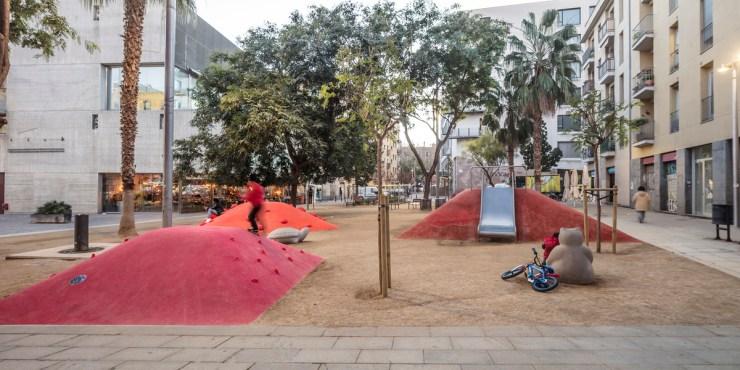 Parque infantil en El Raval. Vora Arquitectura