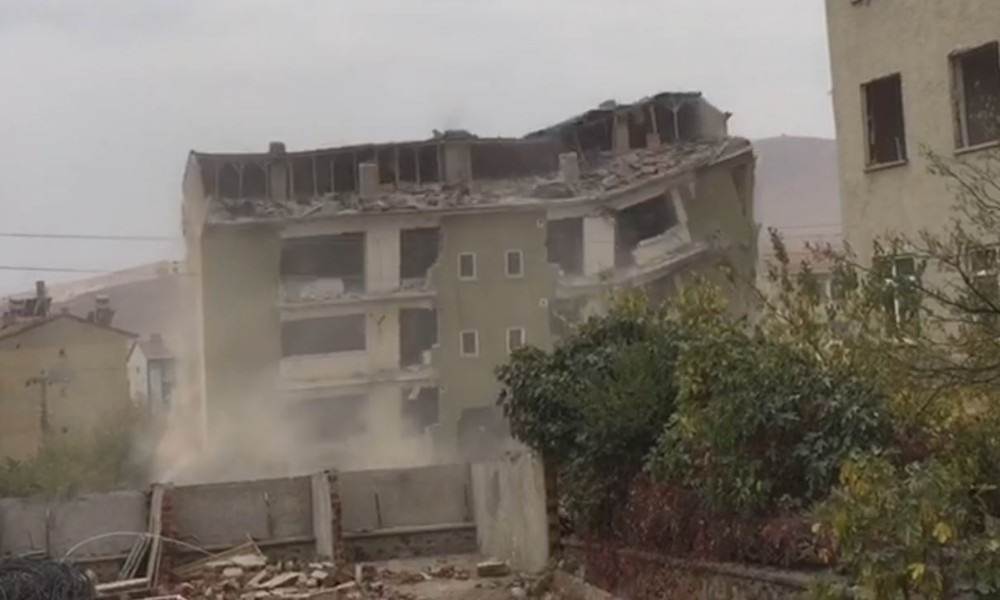 Deprem bölgesi Elazığ'da binalar böyle yıkıldı