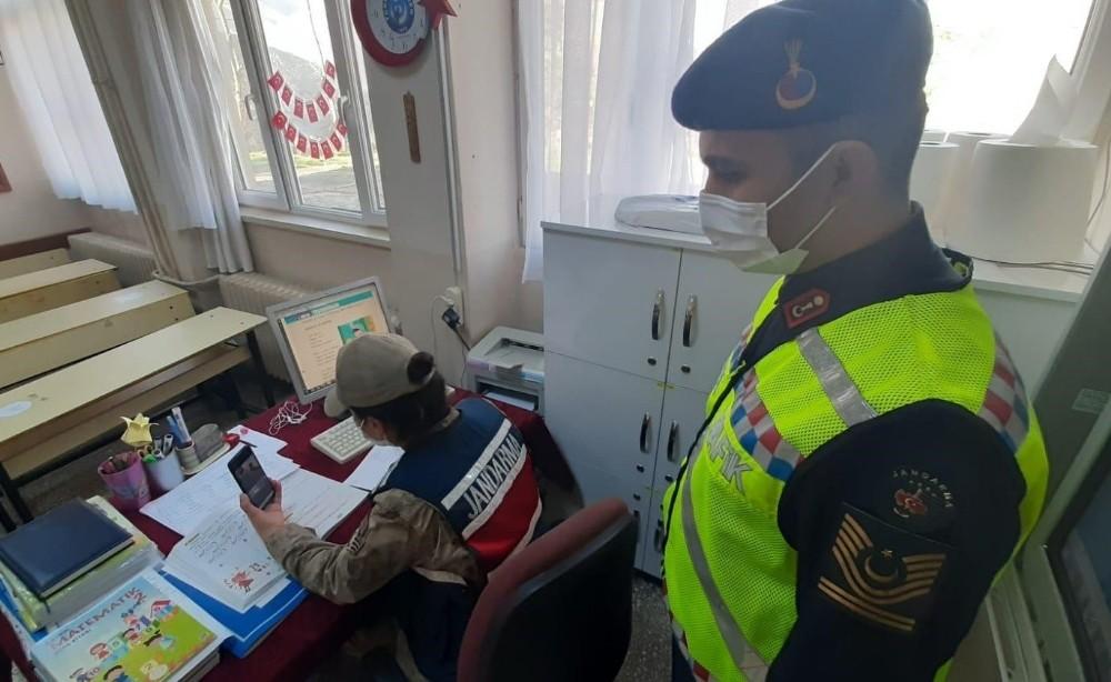 Jandarmadan öğrencilere EBA üzerinden eğitim
