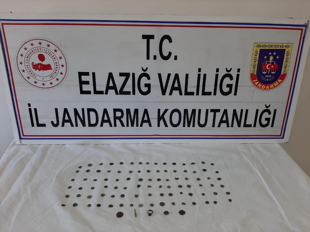 Jandarma alıcılı kılığında 103 adet tarihi obje ele geçirdi