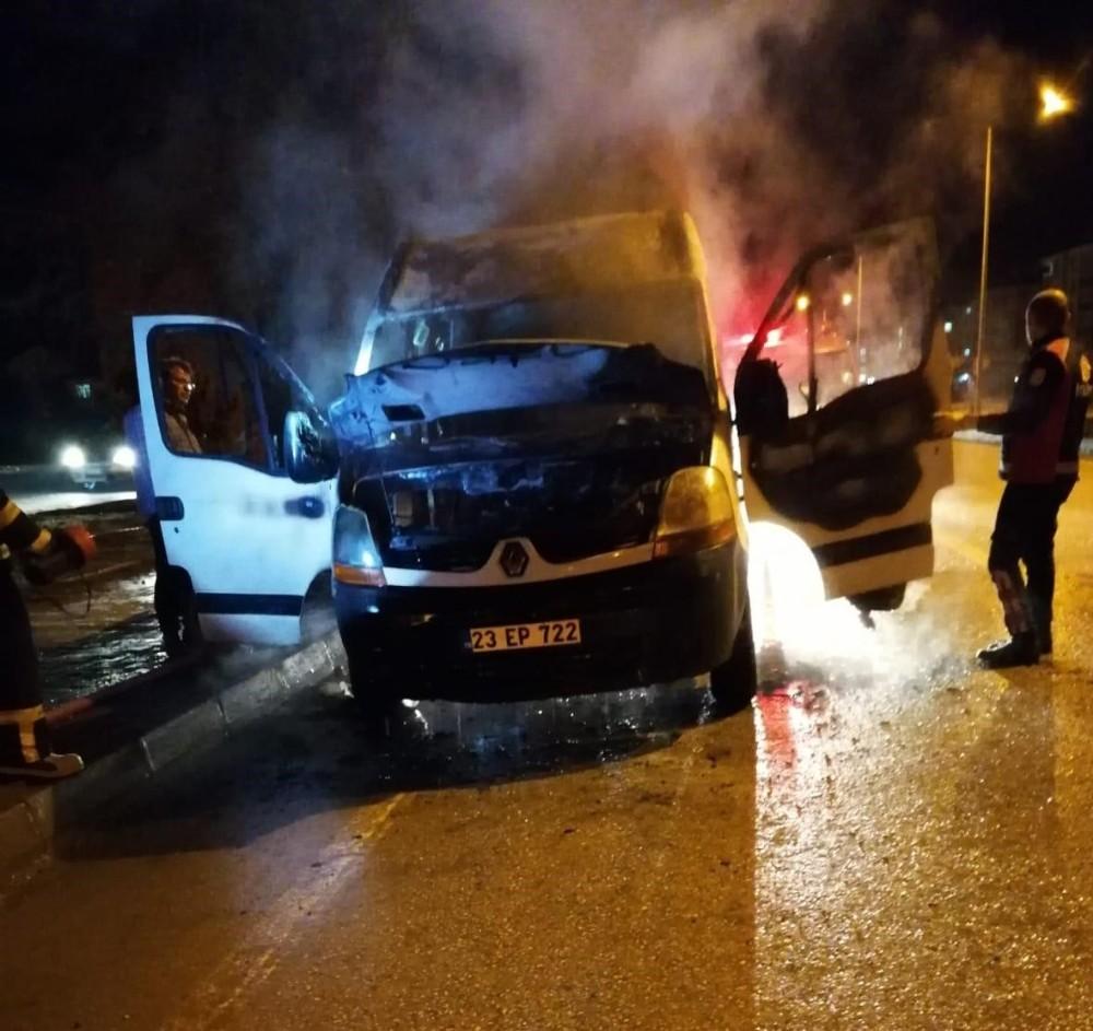 Elazığ'da seyir halindeki minibüs yandı