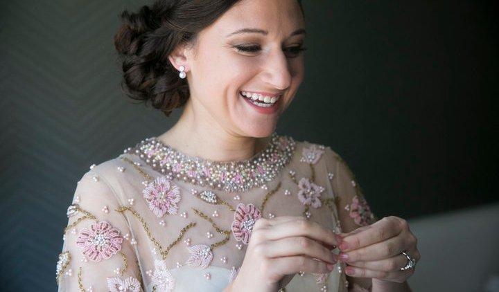 عروس ترتدي فستان زفاف جدتها الراحلة لهذا السبب