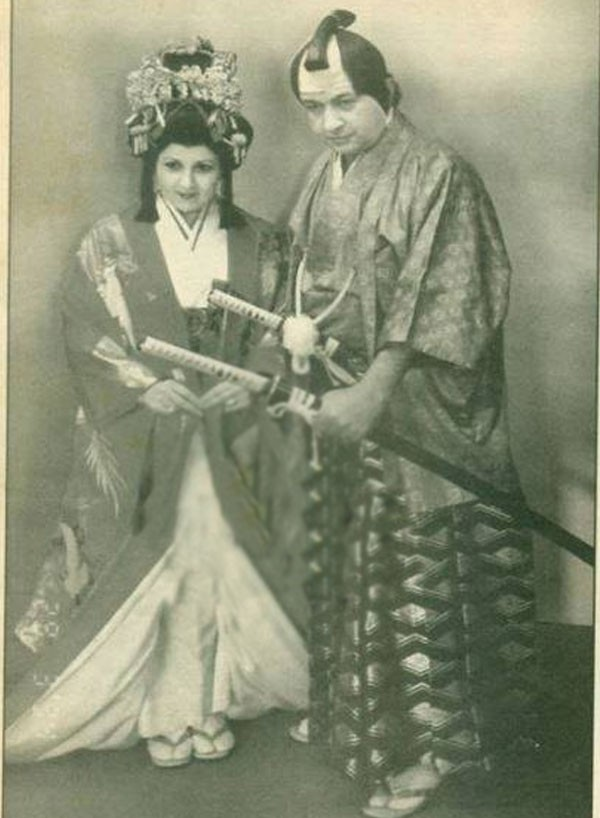 Watch a very rare snapshot .. Nour El Sherif and Bossi in Japanese dress