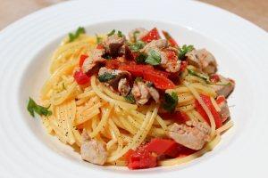 Spaghetti con atún fresco