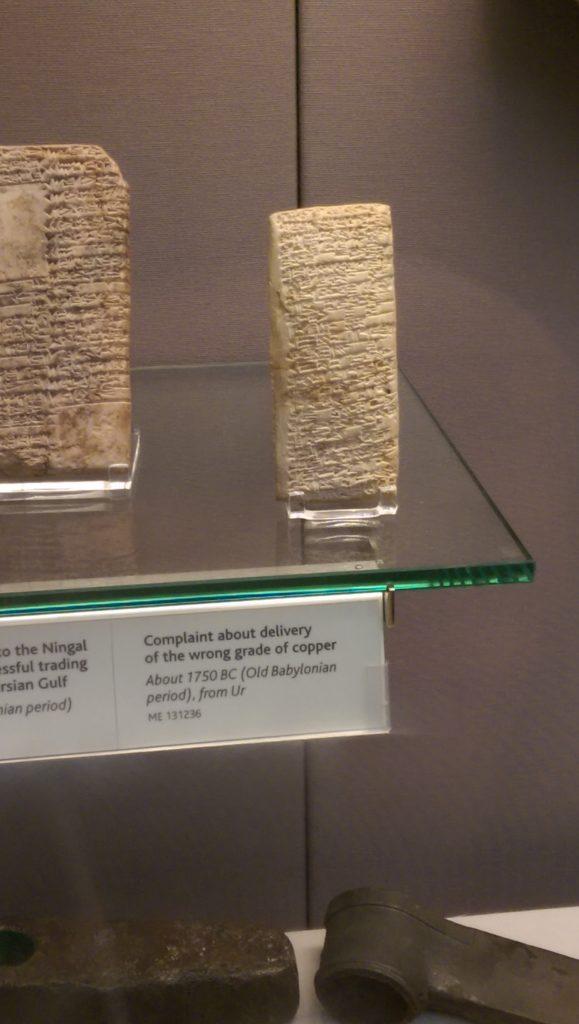 Tableta con escritura cuneiforme, excavada de las ruinas de UR, (actual Iraq).  Quejándose de la calidad del cobre.  Aprox. 1750 A.C.