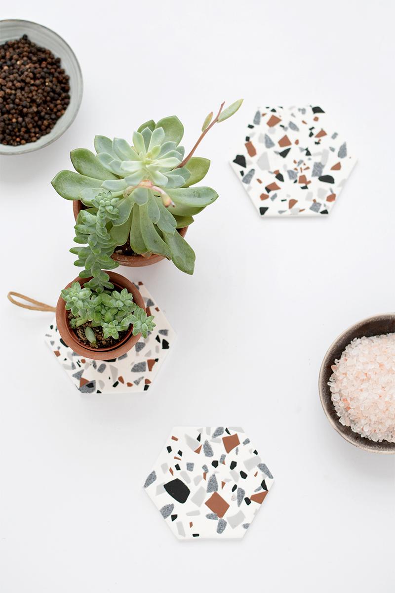 DIY   Bonitos posavasos personalizados de terrazo - El blog de Laucreativa