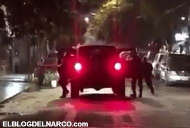 Vídeo muestra como sicarios bajan de una camioneta y comienzan a disparar con cuernos de chivo contra una vivienda en Tamaulipas
