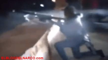 VIDEO Sicarios se burlan de compañero al ser aventado por la fuerza de un rifle, te ayudo le gritan.