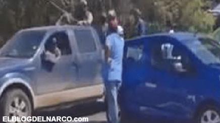 VIDEO Convoy de la Familia Michoacana se le aparece a manifestantes que bloqueaban la carretera y los dejan pasar como si nada