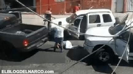 VIDEO Pistoleros en 2 camionetas le cerraron el paso a otra, bajaron a los tripulantes y los golpearon