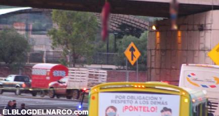 Cuelgan de puente en la entrada de Zacatecas a sujetos con huellas de tortura y Narcomanta
