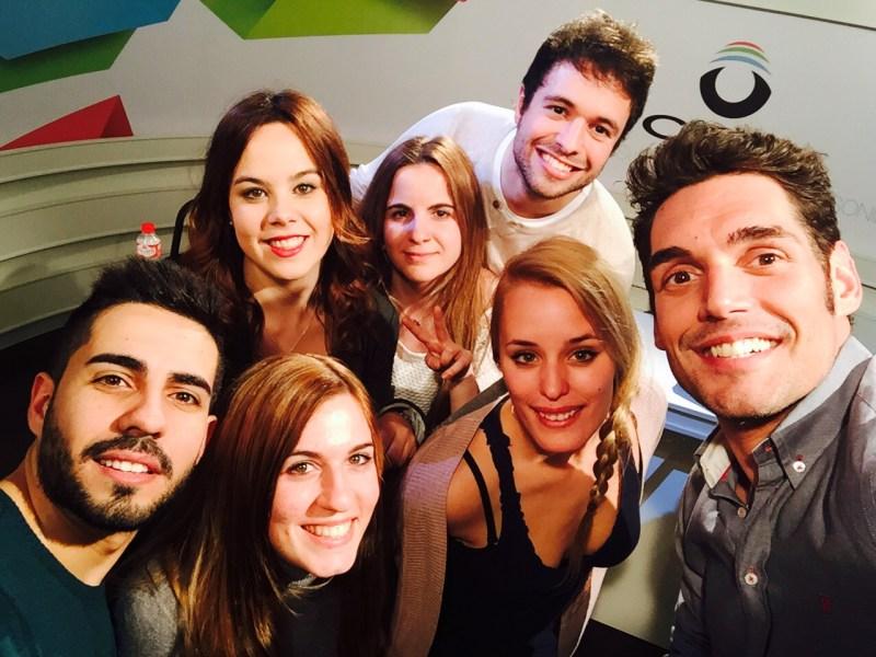 Josep Lobató y un grupo de alumnos del máster de locución y presentación de la Universidad Camilo José Cela de Madrid.