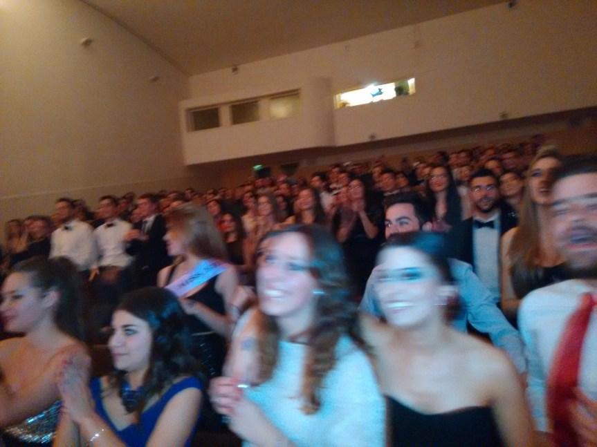 Lleno en el auditorio de la facultad. La foto aparece un poco movida. ¡Me resultó muy difícil retratarlos quietos! Se lo han pasado muy bien.