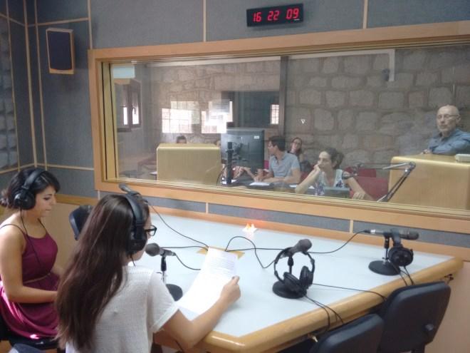 Juan Carlos Rodríguez, a la derecha de la imagen, imparte un seminario de locución en la Universidad Antonio de Nebrija.