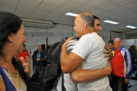 Un abrazo de su padre