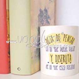 taza_deja_de_pensar_en_lo_que_pueda_pasar_y_disfruta_de_lo_que_esta_pasando_regalos_originales_con_mensaje_para_todos_vagalume_designs_4web