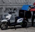 Repartidor con moto y bicicleta