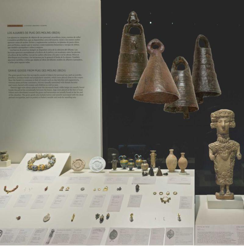 Vitrina del Museo Arqueológico Nacional en la que pueden verse las campanillas de Puig des Molins