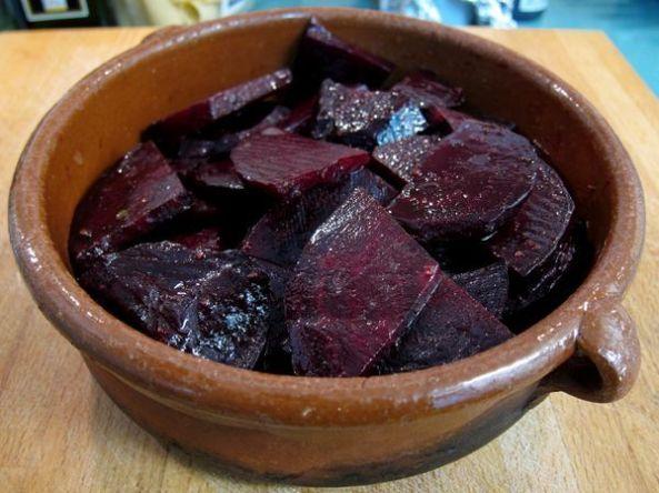 Remolachas asadas con salsa de mantequilla y perejil.