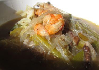 sopa de noodles con col, shiitake y gambas