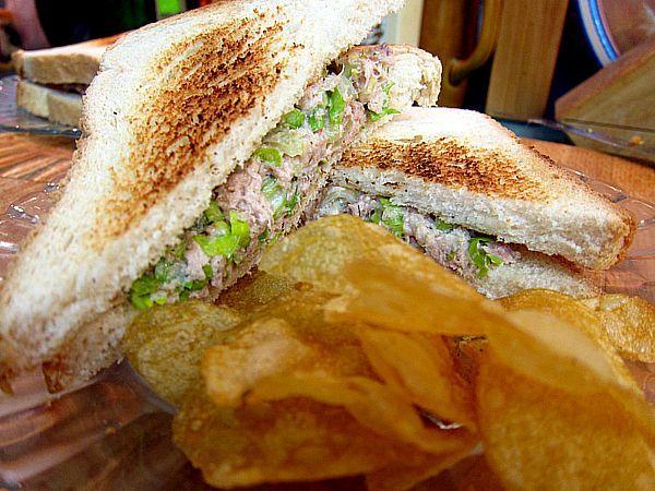 sándwich de atún y apio