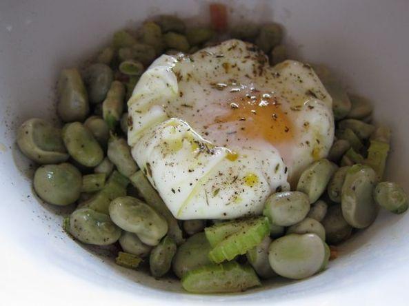 Huevos escalfados con habas