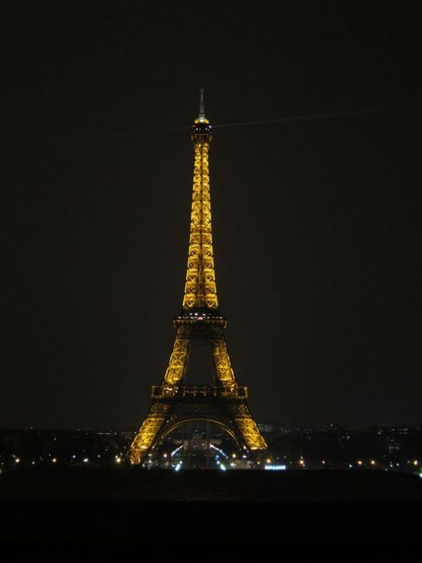 La Torre Eiffel iluminada.
