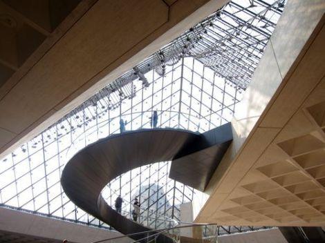 Escalera bajo la pirámide del Louvre.