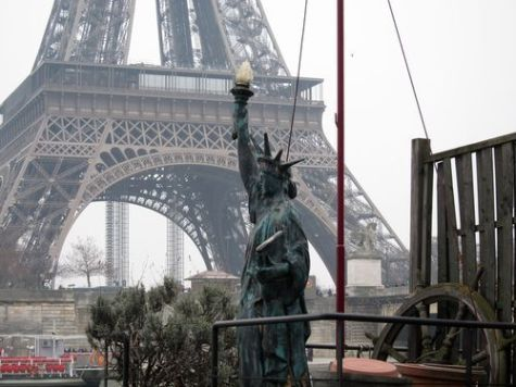 Replica de la Estatua de la Libertad en un barco en el Sena