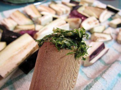 Palitos de berenjena aliñados a la plancha