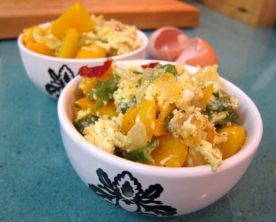 Revuelto de salteado de pimientos con cebolla y queso