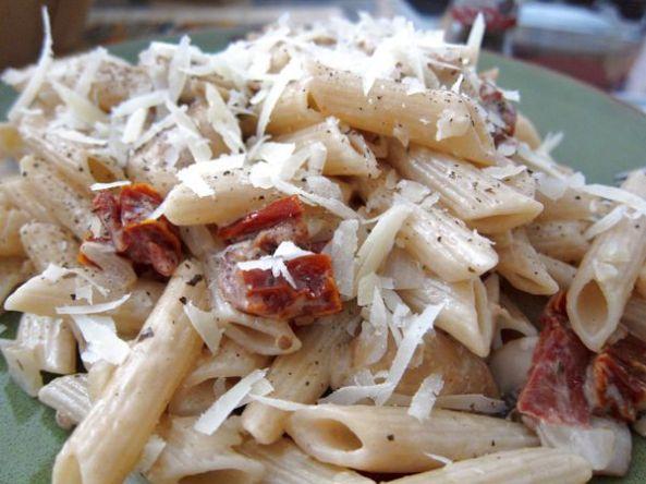 Macarrones con salsa de champiñones y tomates secos