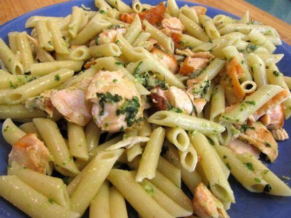 Macarrones integrales con salmón fresco y pesto de albahaca.