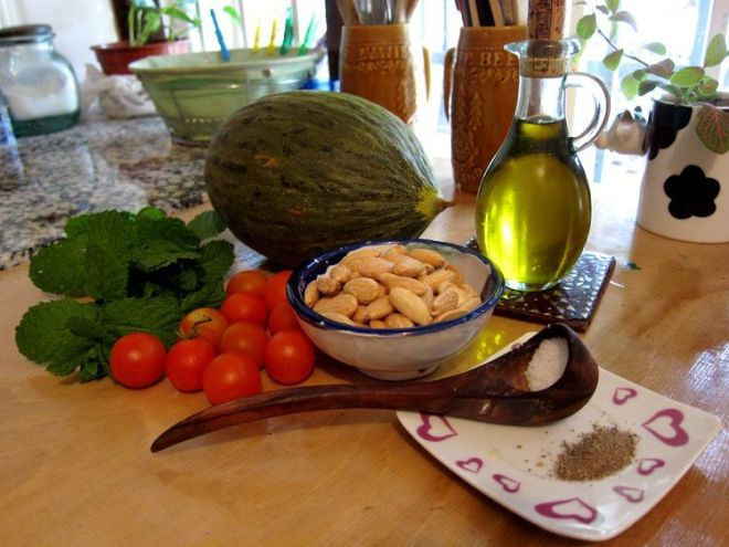 sopa-fria-de-melon-almendras-y-hierbabuena