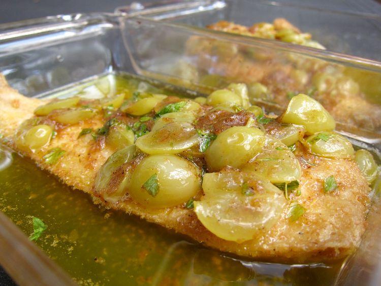 Lenguado empanado en salsa de mantequilla y uvas